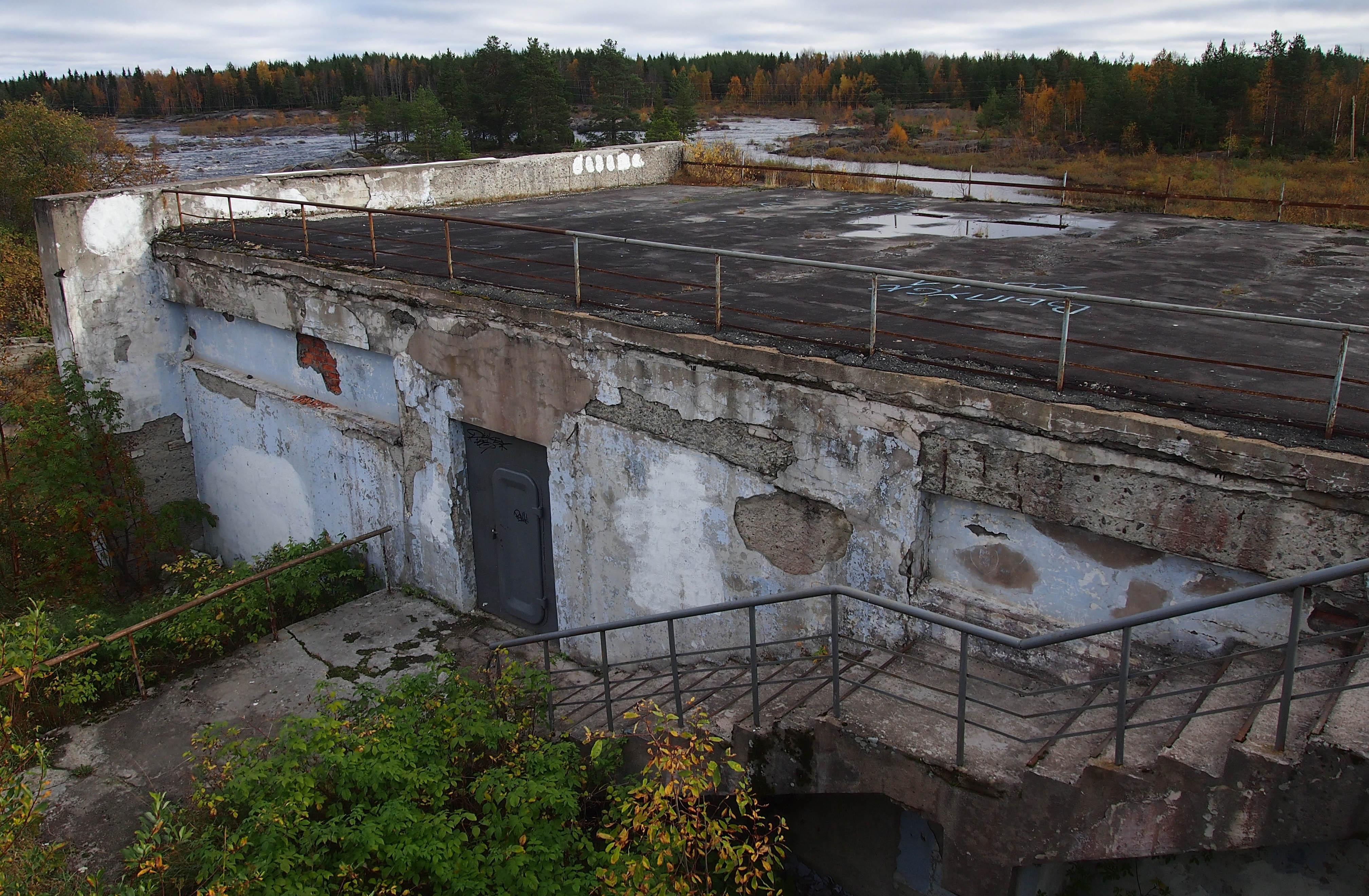 С каждым годом павильон разрушается все больше. Фото: Валерий Поташов