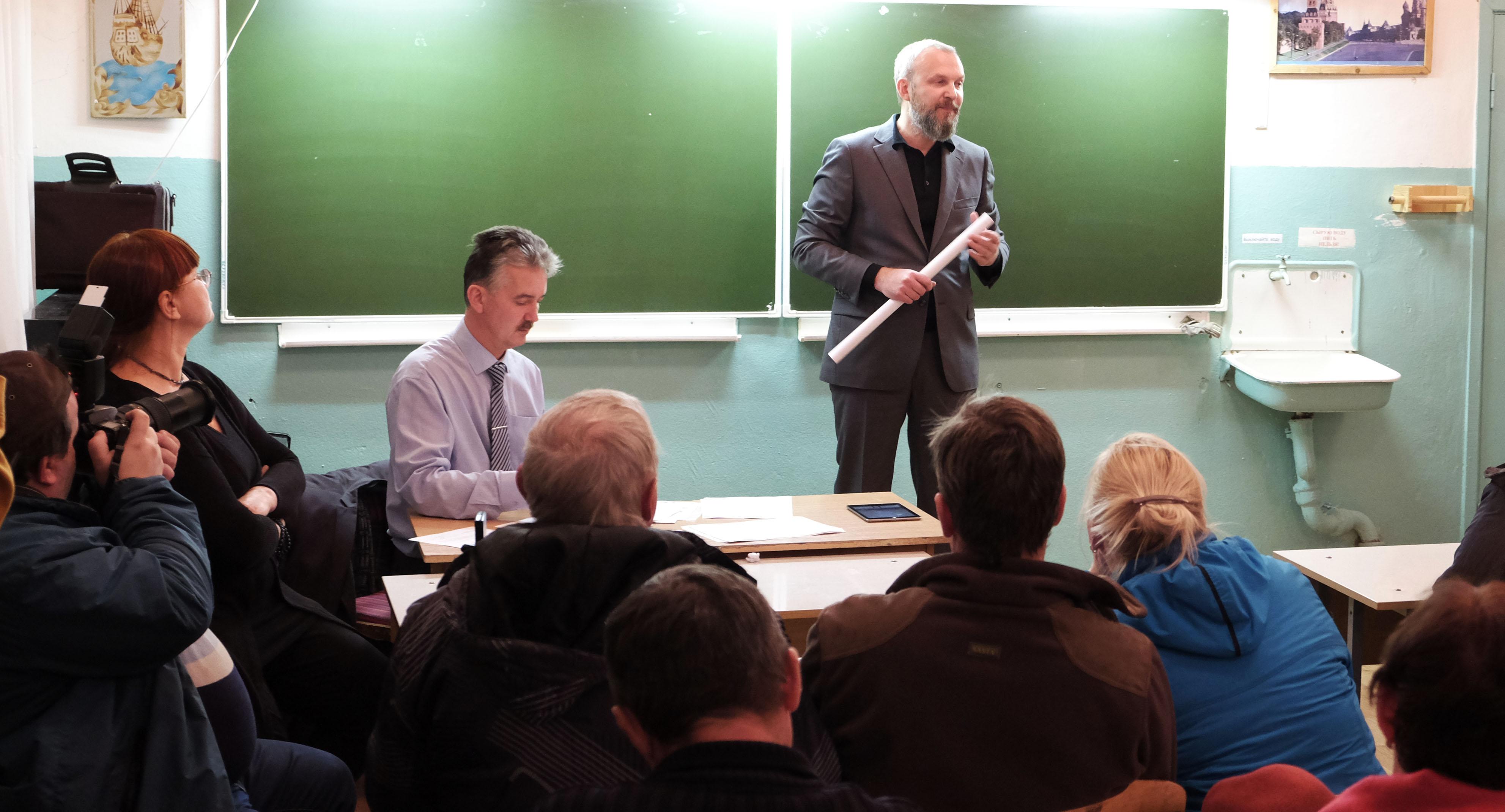 Айво Халлист пытается убедить жителей Приладожья. Фото: Роман Ратнер