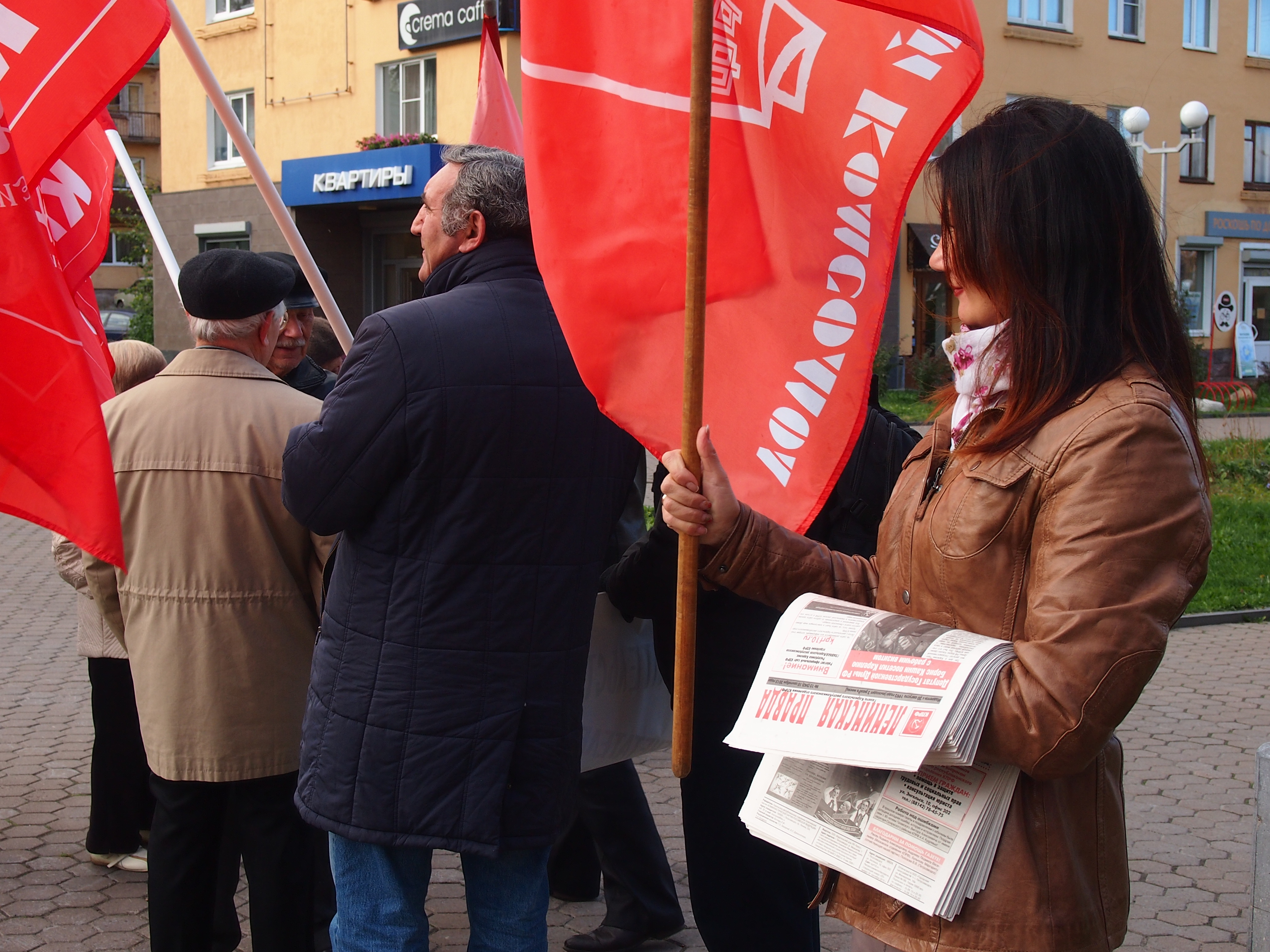 "Манифестантам предлагали ""Ленинскую правду"". Фото: Валерий Поташов"
