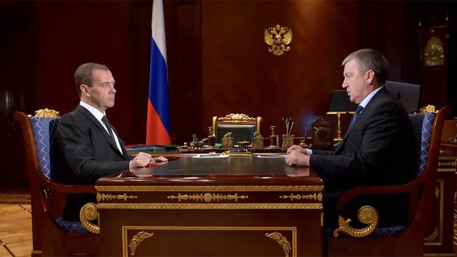 На встрече с Медведевым Худилайнен пообещал запустить первую газовую котельную в Олонце уже на этой неделе. Фото: правительство.рф