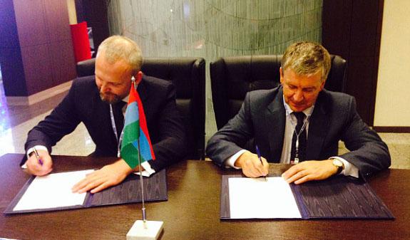 Эстонский бизнесмен подписывает соглашение с главой Карелии. Фото: gov.karelia.ru