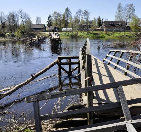 В 2012 году мост пришлось даже разобрать. Фото: Александр Потравнов