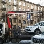 Принудительная эвакуация депутатской машины. Фото: Виктор Позерн