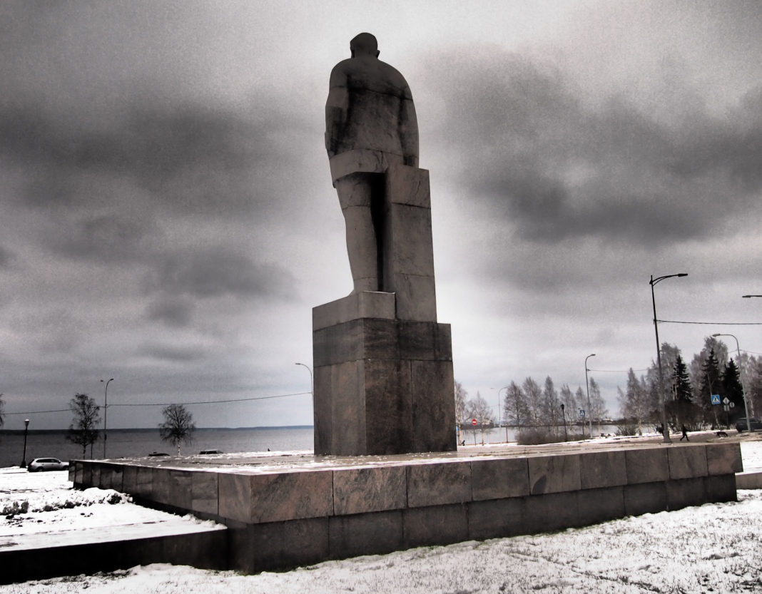Памятник финскому коммунисту Отто Куусинену в Петрозаводске называют