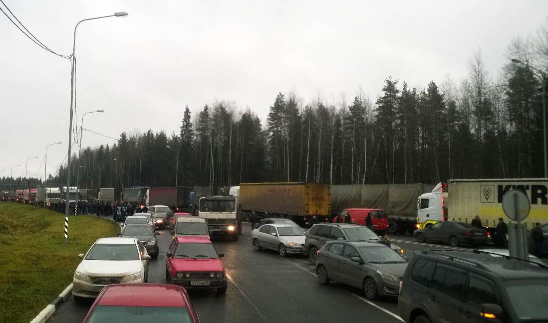 "В акции на трассе ""Кола"" у Петрозаводска участвовали около 50 фур. Фото: vk.com"