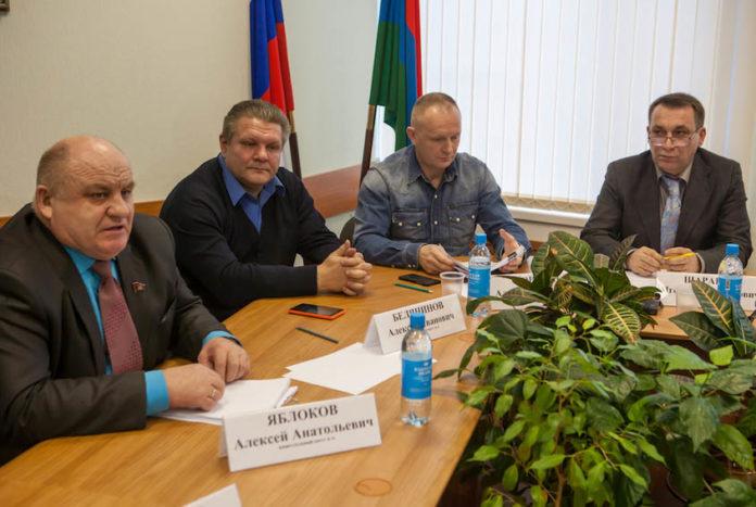 Группа депутатов Петросовета, выступивших с инициативой отправить в отставку законно избранного мэра города. Фото: Игорь Подгорный