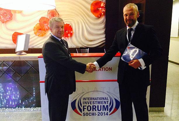 Соглашение о строительстве в Кеми глубоководного морского порта глава Карелии Худилайнен подписал на инвестиционном форуме в Сочи. Фото: gov.karelia.ru