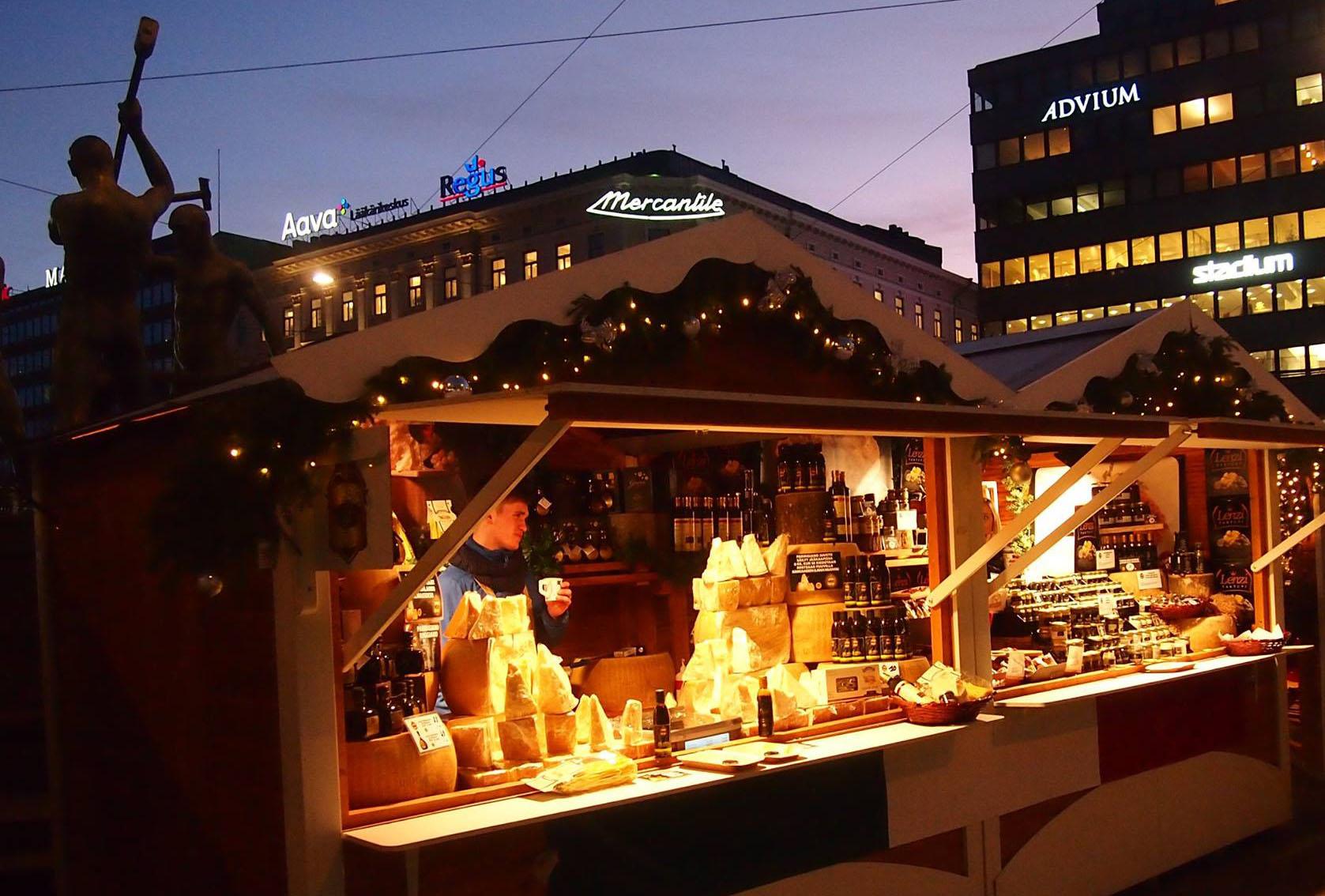 """На рождественском базаре в Хельсинки можно купить """"санкционные"""" деликатесы. Фото: Валерий Поташов"""