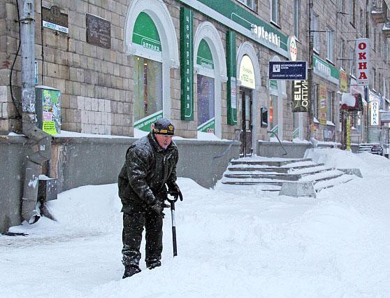 Глава Карелии Александр Худилайнен чистит от снега улицы Петрозаводска. Фото: gov.karelia.ru