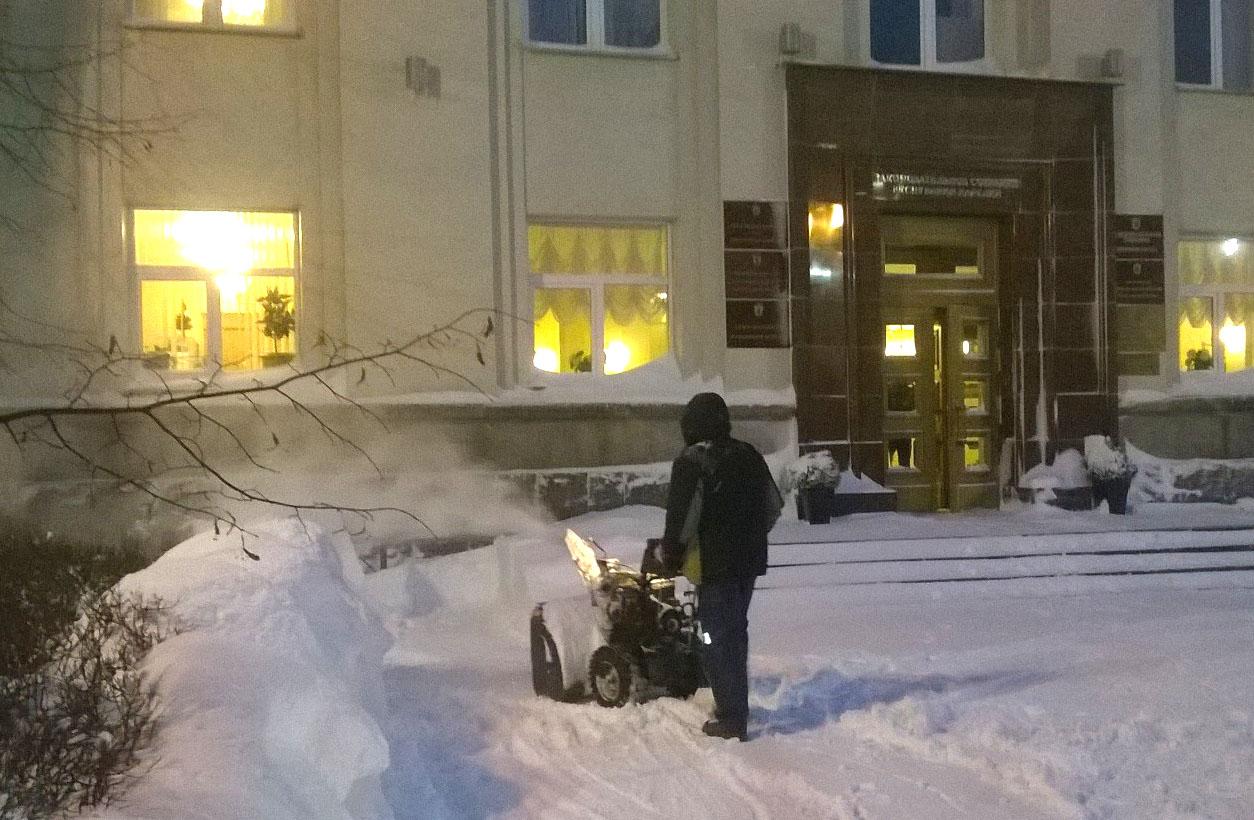 Уборка снега у Законодательного собрания Карелии. Фото: Виктор Позерн