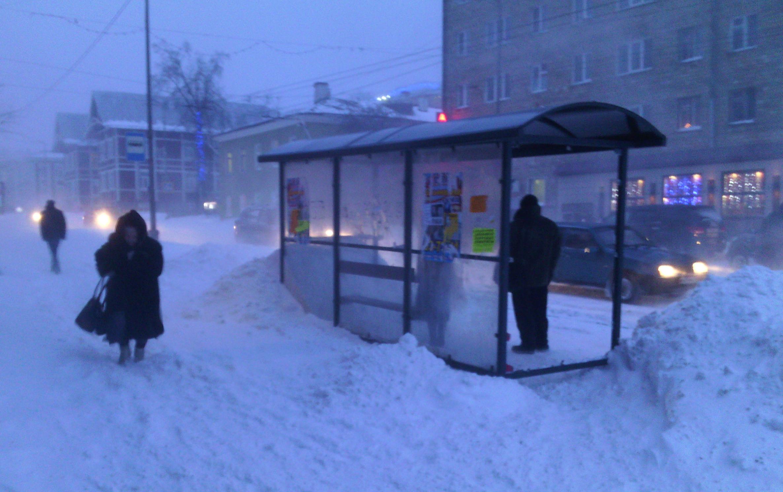 Даже недалеко от здания правительства Карелии пешеходам приходится утопать в снегу. Фото: Валерий Поташов
