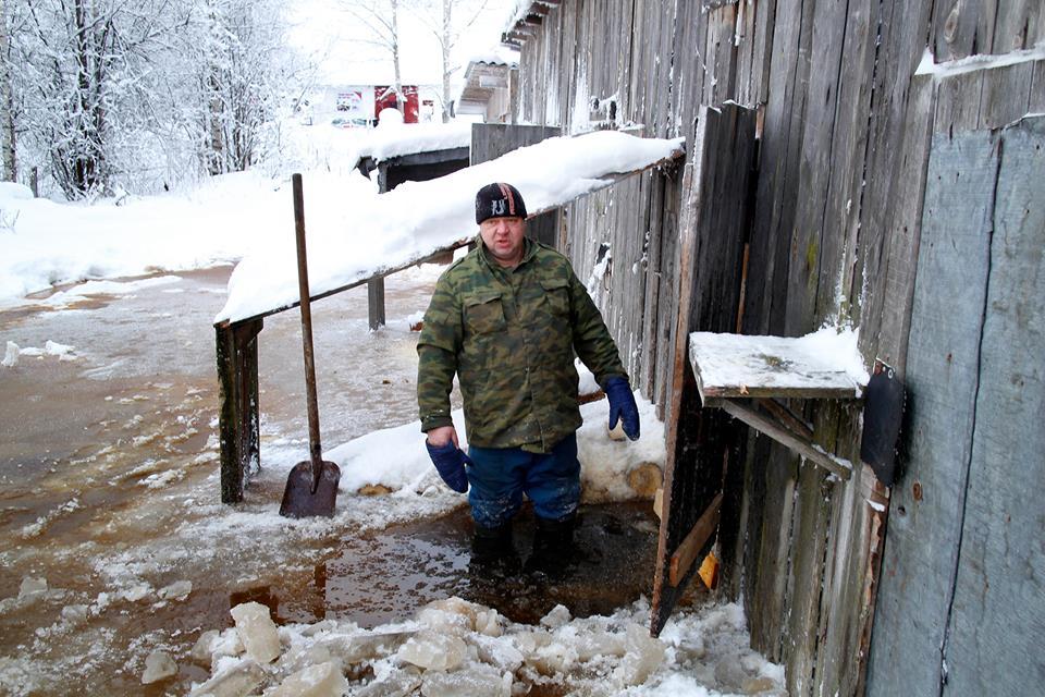 Канализационные стоки затопили хозяйственные постройки в Суоярви. Фото: facebook.com