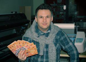 Максим Ефимов со своей новой книгой. Фото: maxim-efimov@livejournal.com