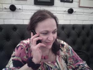 Пострадавшей Наталье Ермолиной приходится отвечать на десятки звонков со словами поддержки. Фото: Валерий Поташов