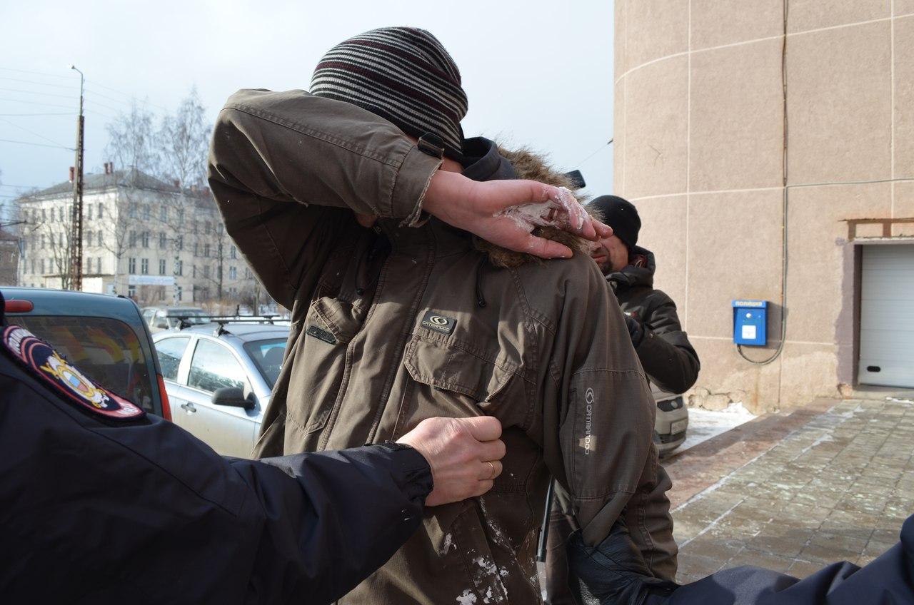 Задержанный тортометатель не хотел, чтобы снимали его лицо. Фото: Наталья Еромолина