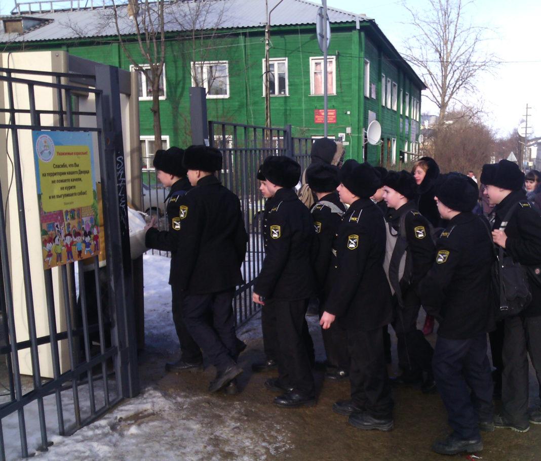 На митинг-концерт по случаю присоединения Крыма к России в Петрозаводске вели строем. Фото: Валерий Поташов