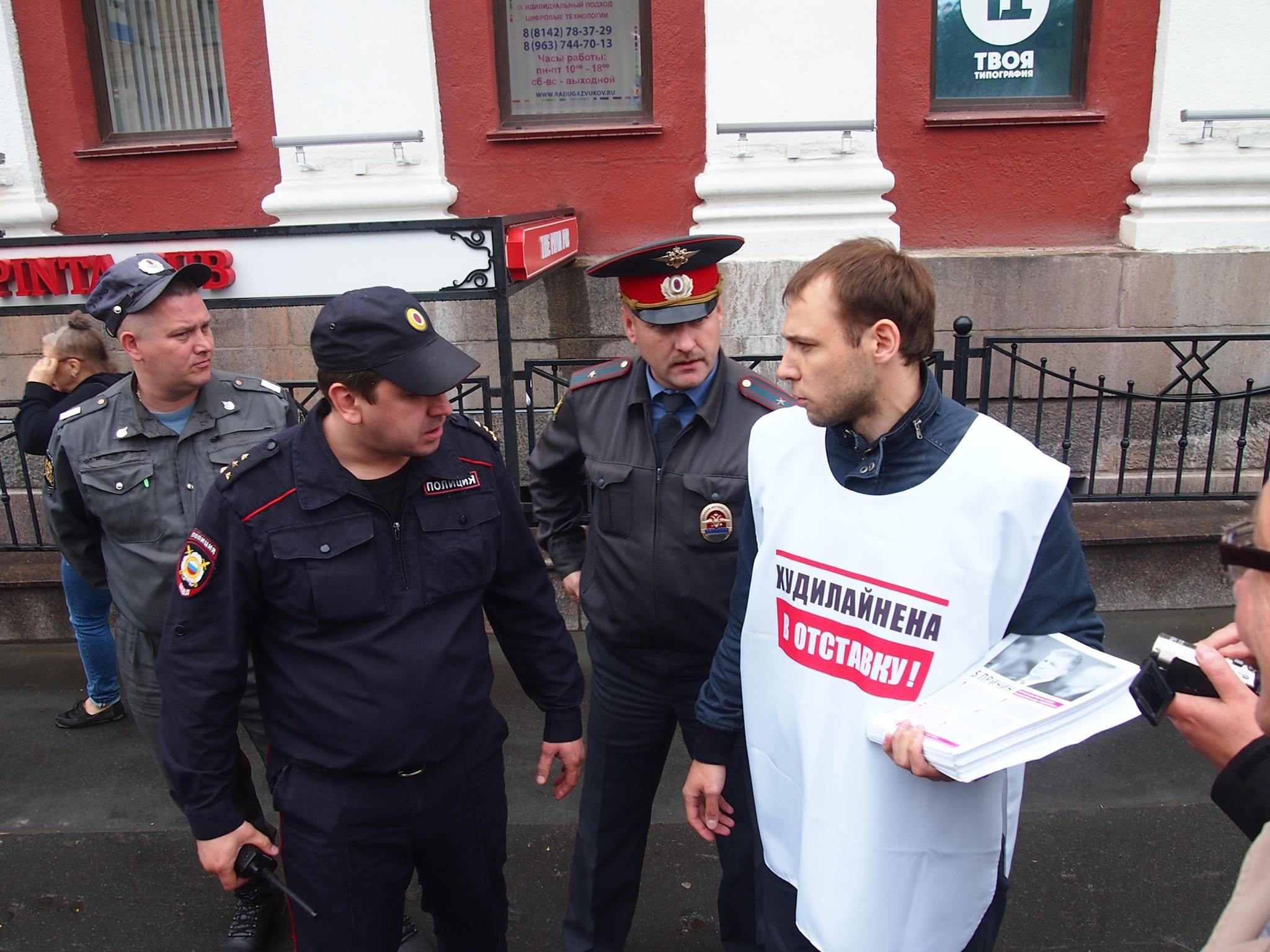 Задержание активистов Общественного комитета за отставку Худилайнена во время визита в Петрозаводск российского премьер-министра. Фото: Валерий Поташов