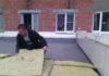 Житель дома на проспекте Александра Невского Роман Лабутин приступил к демонтажу незаконной пристройки. Фото: Валерий Поташов