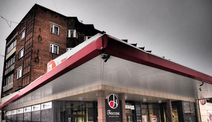 Жильцы многоквартирного дома на проспекте Александра Невского в Петрозаводске несколько лет добиваются исполнения судебного решения о сносе торговой пристройки