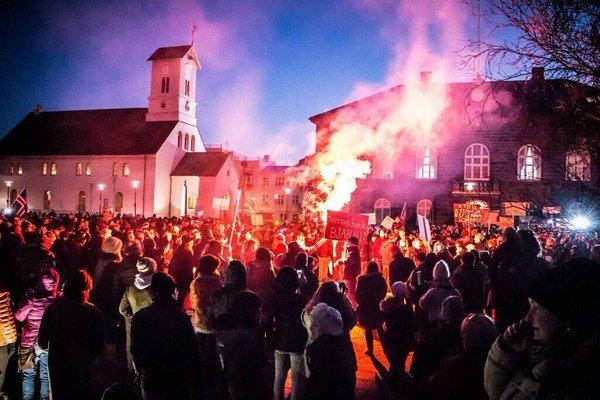 Массовая демонстрация в Рейкъявике с требованием отставки премьер-министра Исландии. Фото: finance.nur.kz