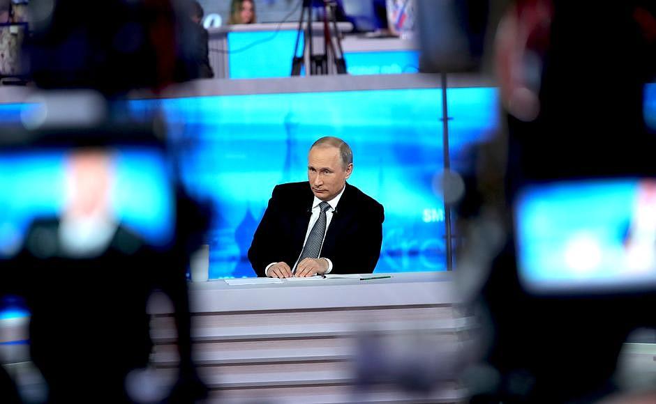 Во время Прямой линии. Фото: kremlin.ru