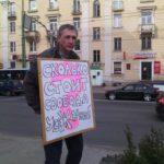 Депутат карельского парламента Виктор Позерн на одиночном пикете с требованием освободить Светлану Чечиль. Фото: Валерий Поташов