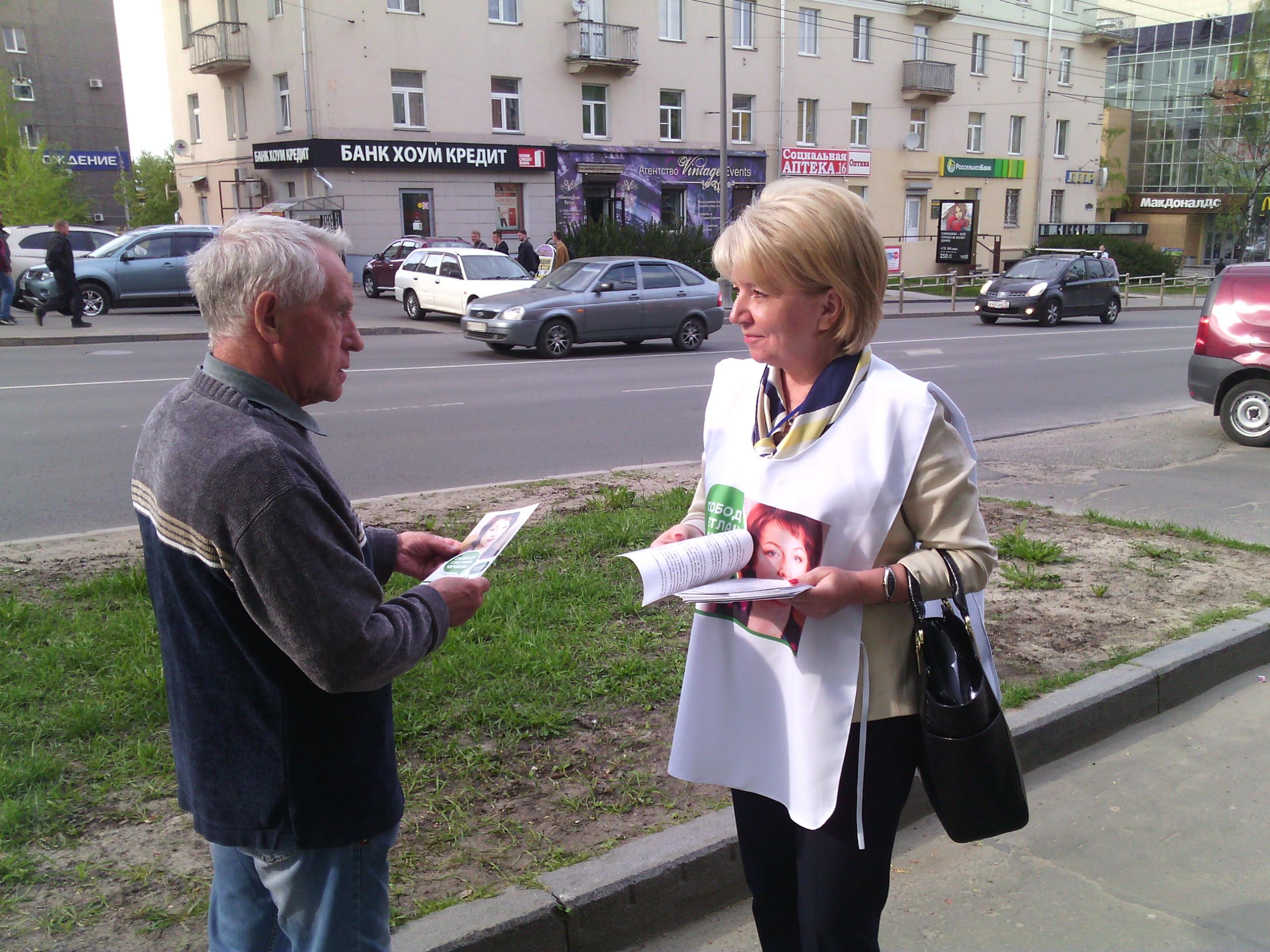 Эмилия Слабунова раздает листовки прохожим. Фото: Валерий Поташов