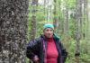К жительнице деревни Суна Нине Шалаевой, активно выступающей против уничтожения Сунского бора, уже не раз наведывались полицейские и чекисты. Фото: Алексей Владимиров