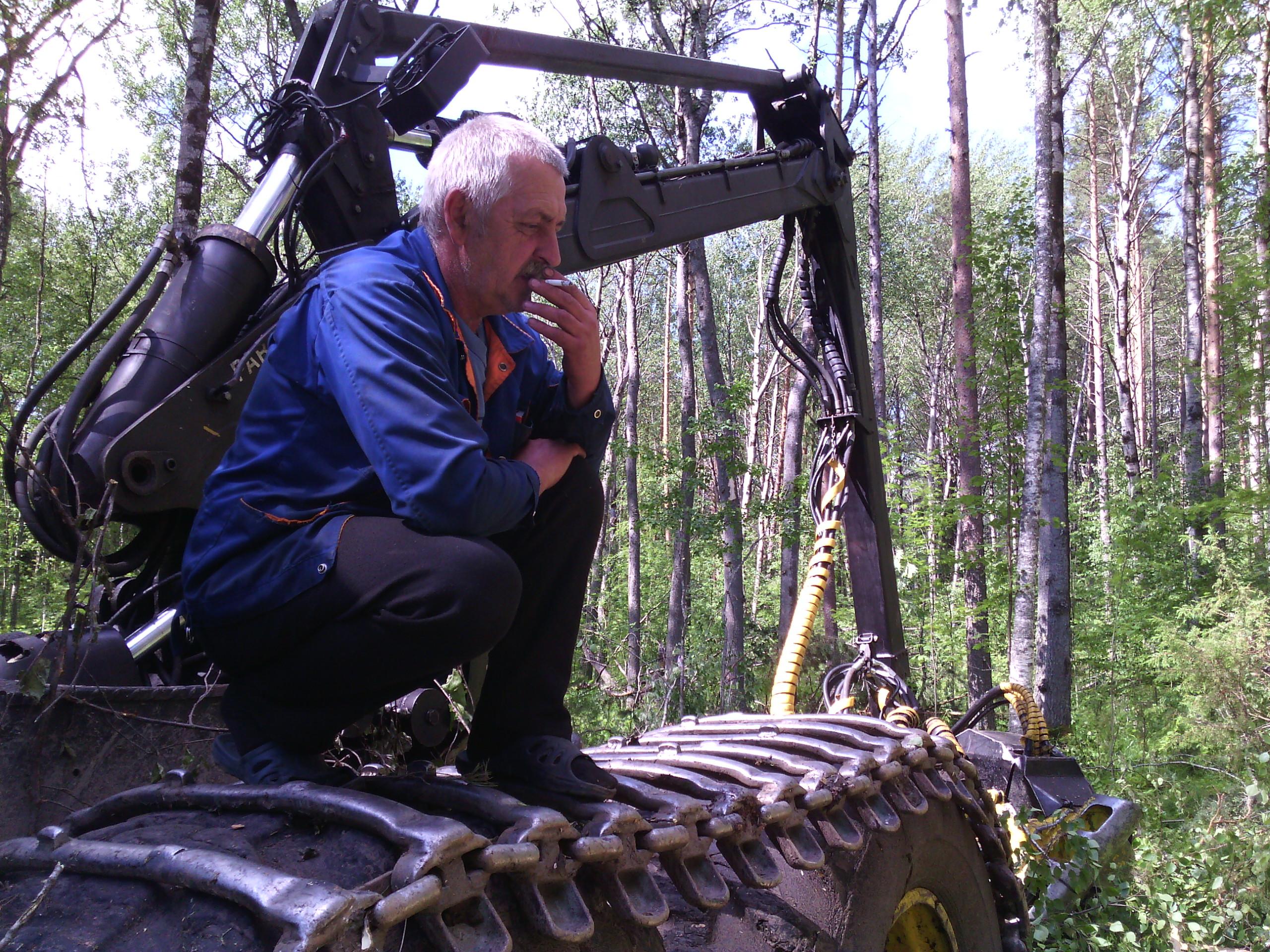 Оператора харвестера остановили жители деревни Суна, а не надзорные органы. Фото: Валерий Поташов