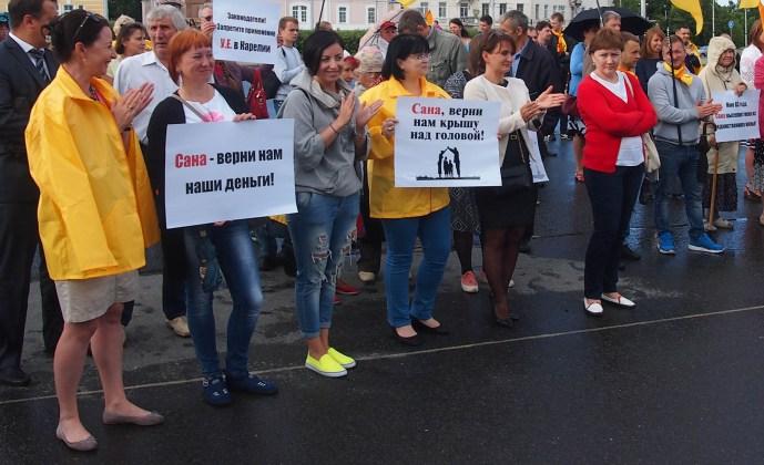 """Большинство претензий на митинге в Петрозаводске было высказано в адрес компании """"Сана"""". Фото: Валерий Поташов"""