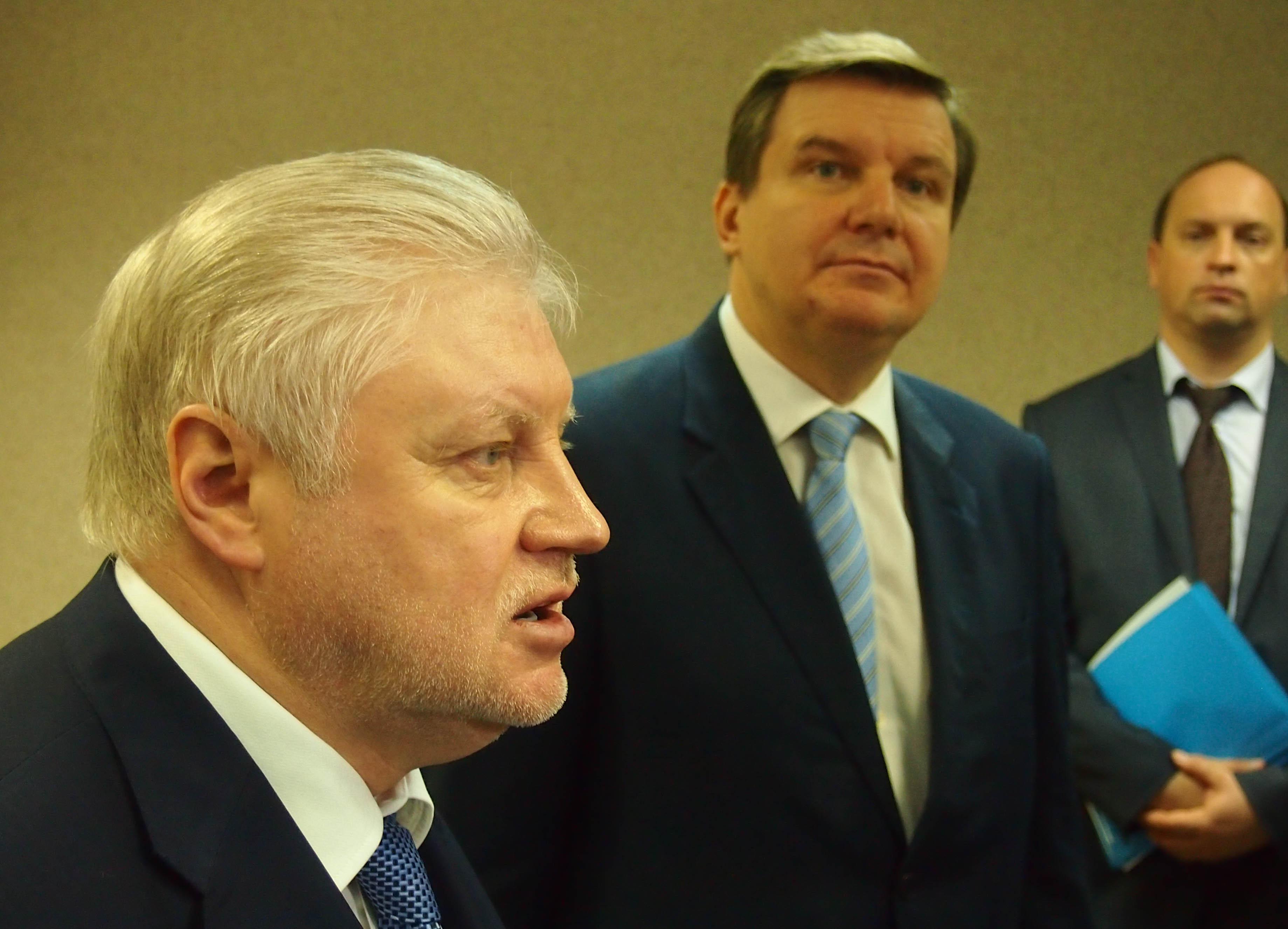 Сергей Миронов выступает перед телекамерами. Фото: Валерий Поташов