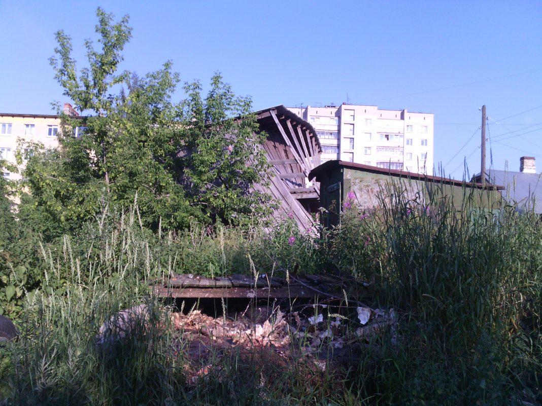 Эта переполненная выгребная яма и сарай, который вот-вот рухнет, хотя построен был всего несколько лет назад, относятся к