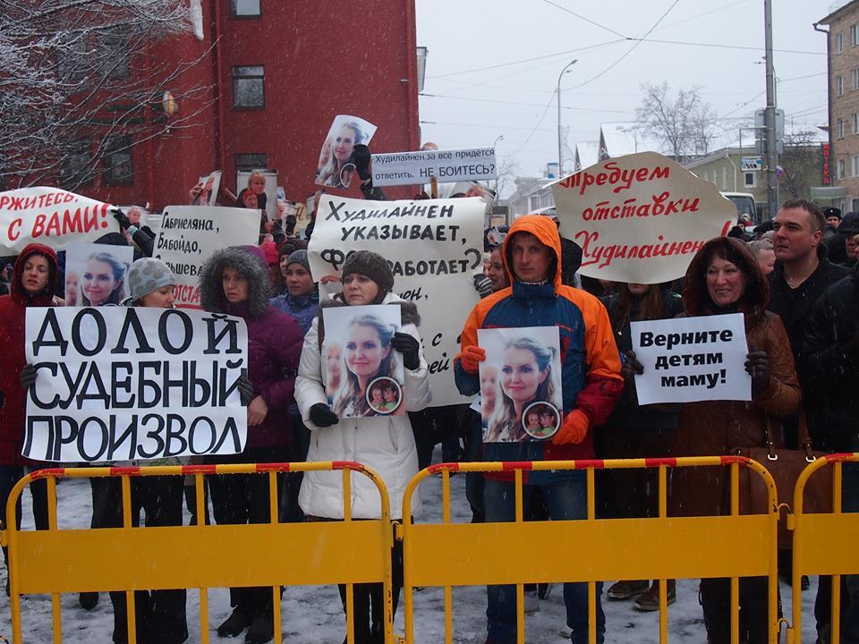 Пикет в поддержку Ольги Залецкой у здания правительства Карелии. Фото: Валерий Поташов