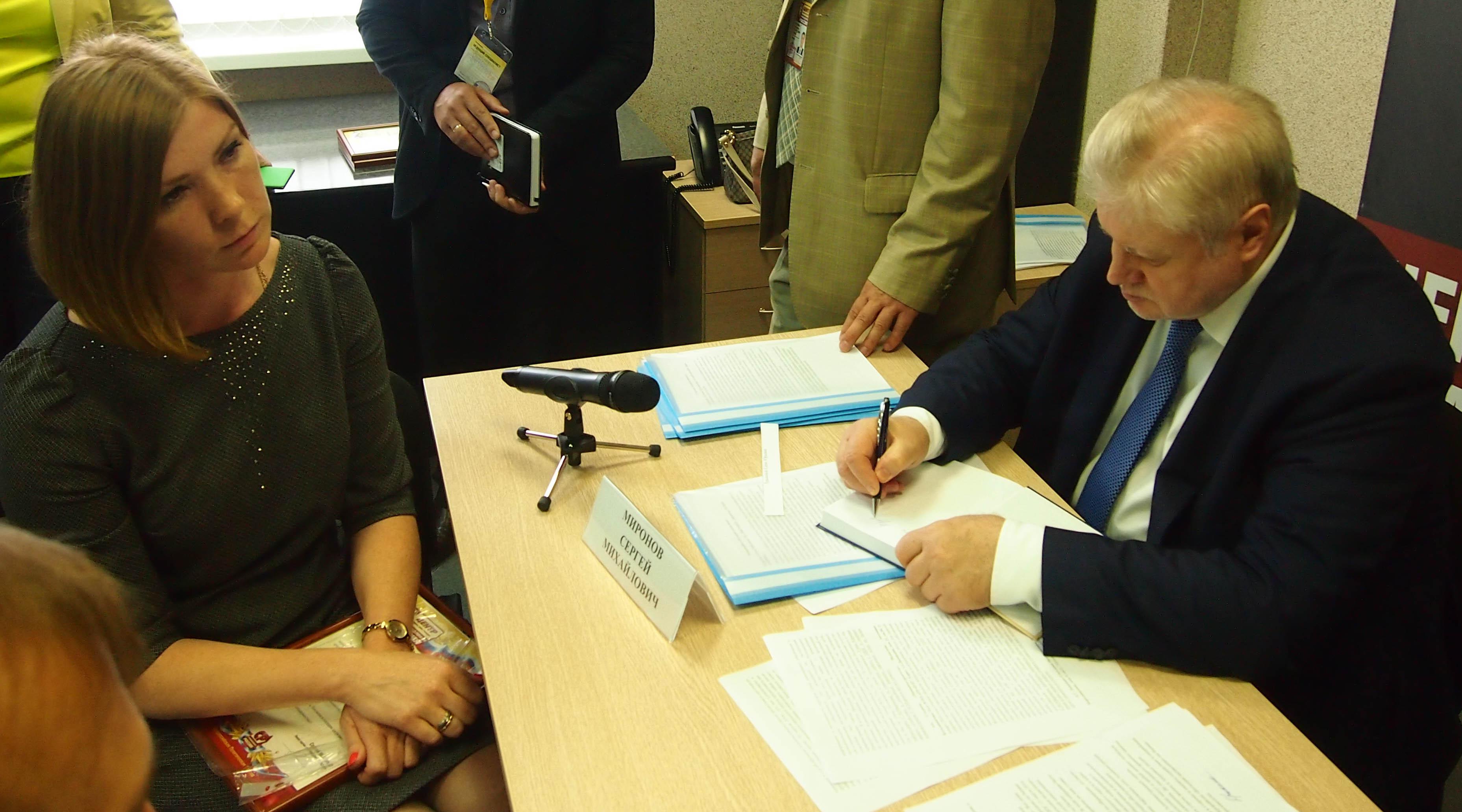Миронов подписывает свою книгу одному из приглашенных граждан. Фото: Валерий Поташов