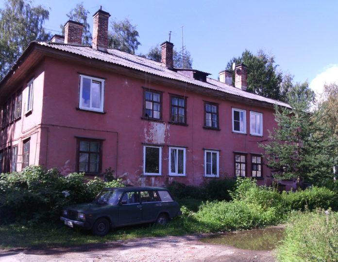 Этот дом на улице Коммунистов в Петрозаводске признан аварийным и подлежит сносу. Фото: Валерий Поташов
