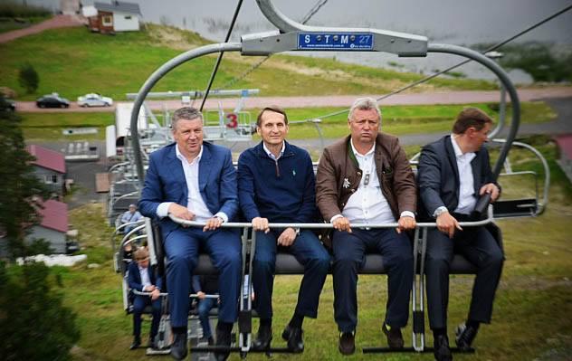 Александр Худилайнен отправился с Сергеем Нарышкиным кататься на подъемнике в Ялгубу. Фото: gov.karelia.ru