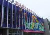 """""""Калевала"""" - самый известный бренд Карелии: на снимке - известный художник Александр Жунев завершает роспись фасада кинотеатра """"Калевала"""" в карельской столице. Фото: Валерий Поташов"""