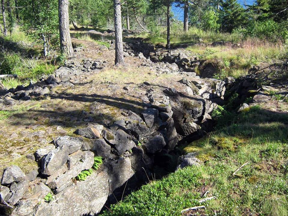 Остатки оборонных укреплений на Оборонном острове. Фото: Алексей Владимиров