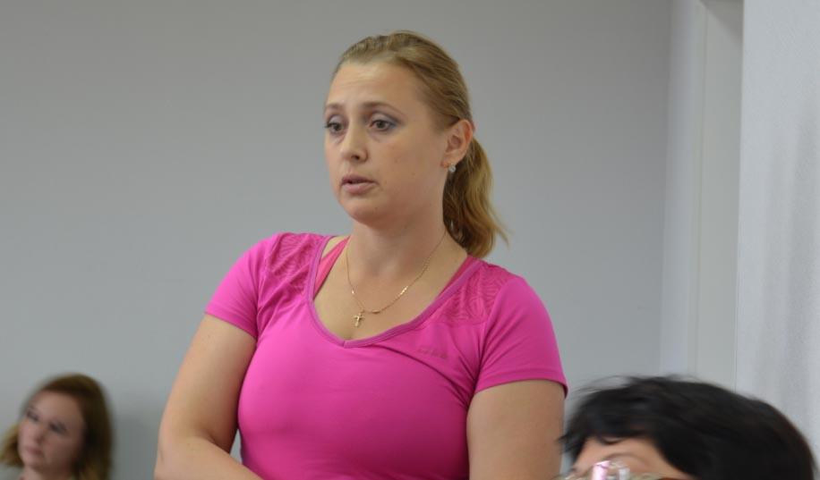 Жительница Кондопоги Оксана Торопова выступает на сессии. Фото: Алексей Владимиров