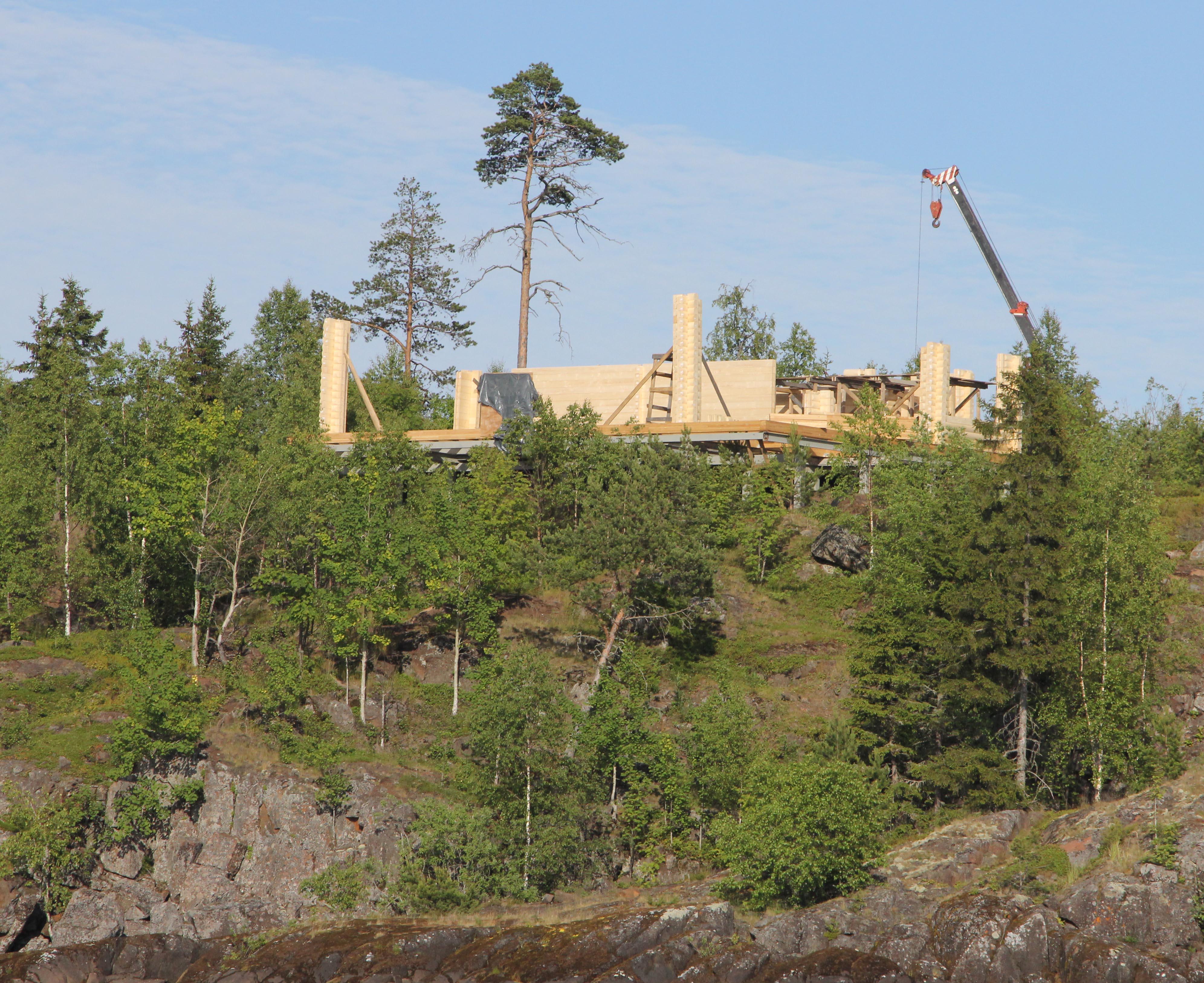 На Оборонном острове Валаамского архипелага, входящем в природный парк, полным ходом идет строительство. Фото: Алексей Владимиров