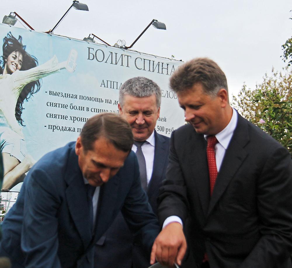 Памятная капсула, заложенная накануне в Петрозаводске федеральным министром и спикером российского парламента в честь начала строительства нового Гоголевского моста, оказалась обычным термосом, с помпой замурованной в бетон. Оба фото: Губернiя Daily