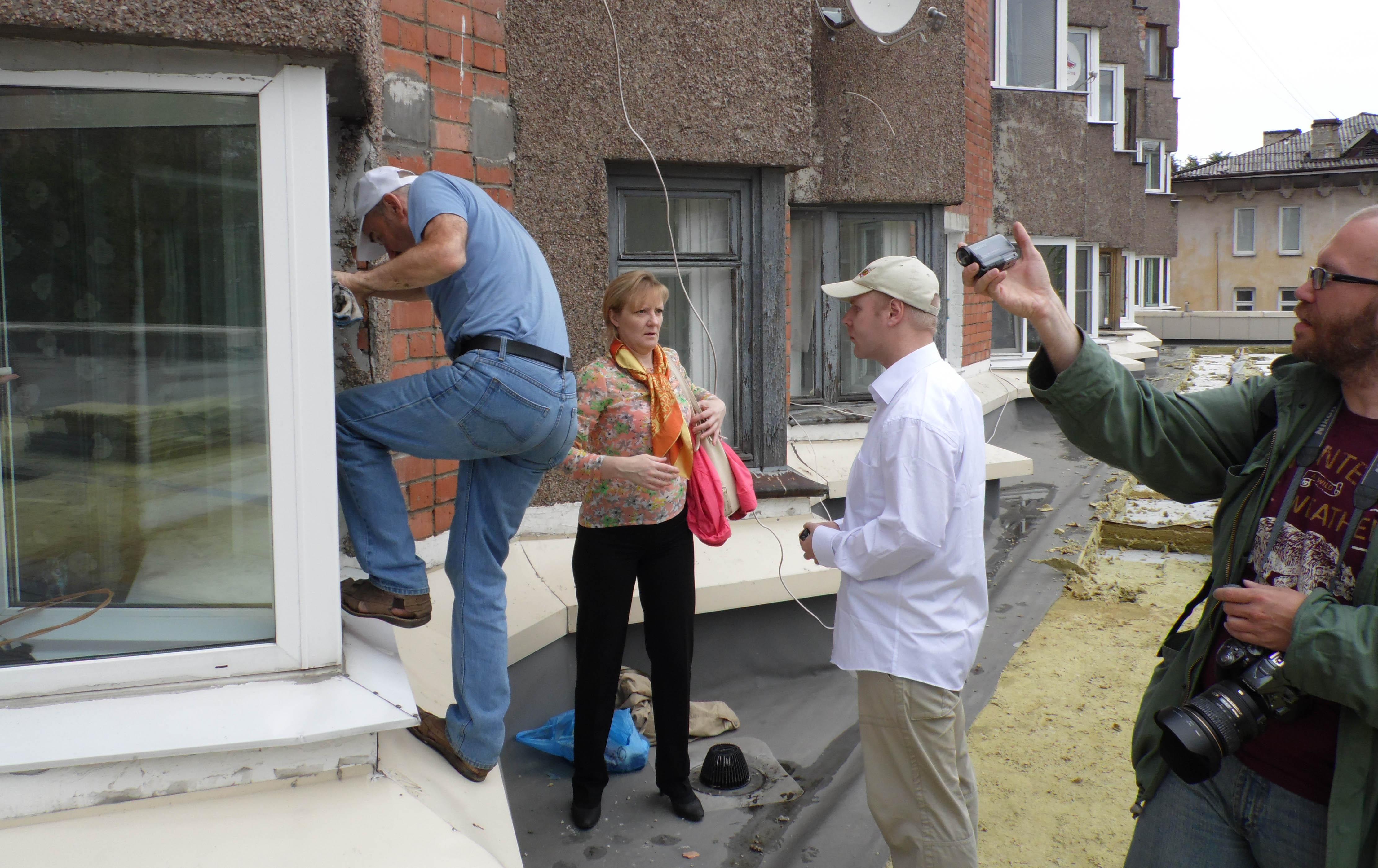 На крышу пристройки участники событий попадали через окна квартир. Фото: Алексей Владимиров