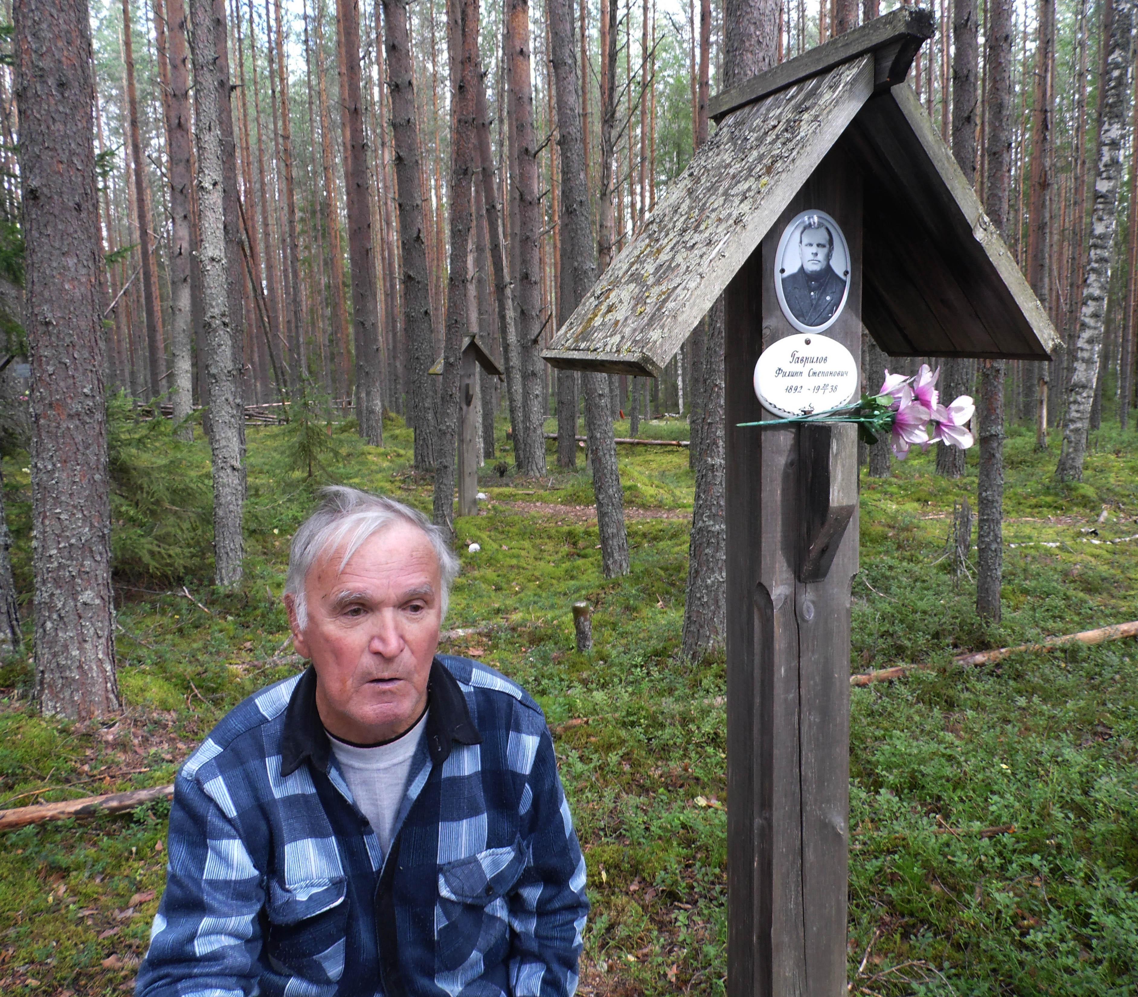 Кондопожский поэт Вил Гаврилов на могиле отца. Фото: Алексей Владимиров