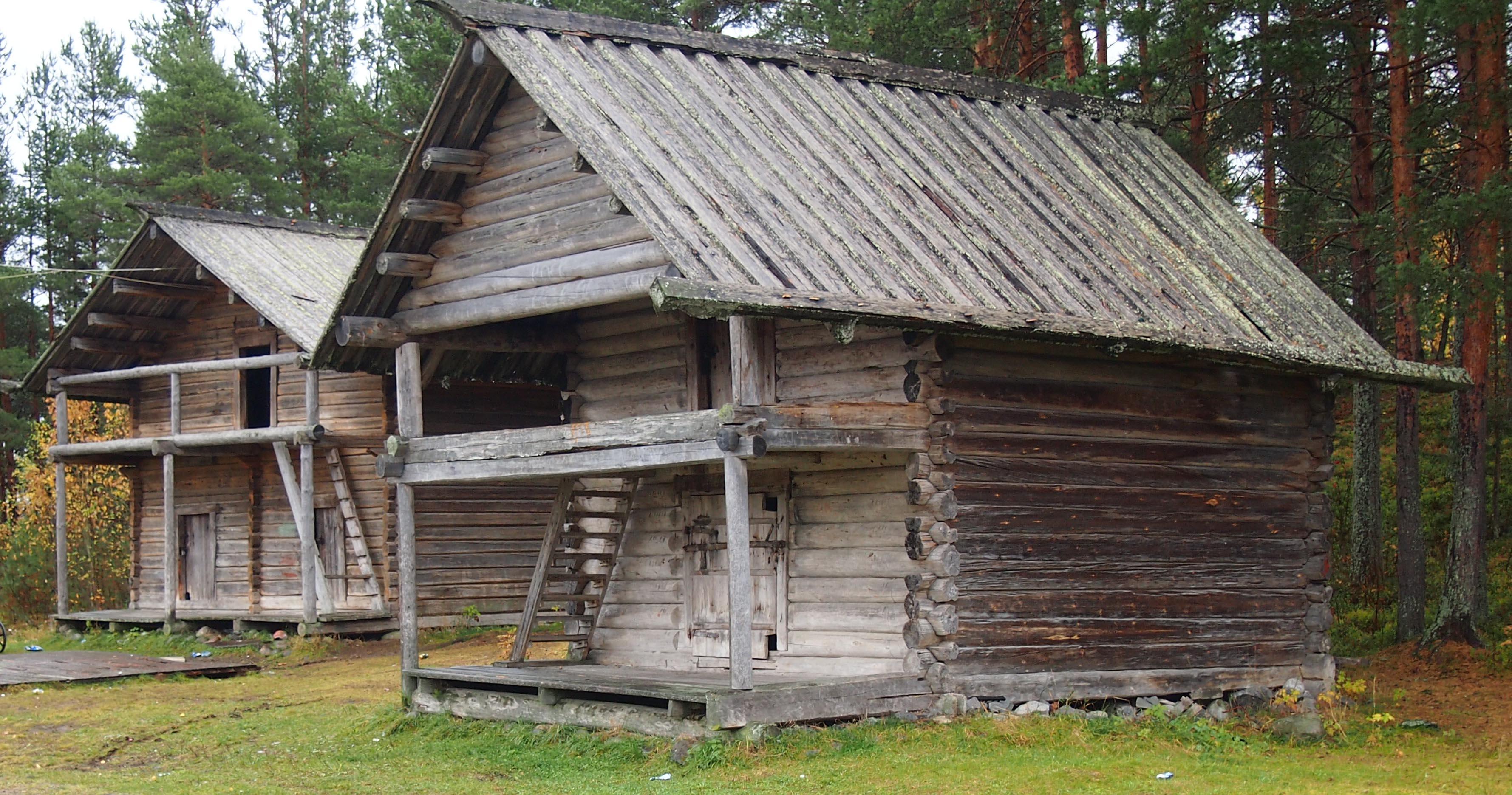 Исторические постройки в центре деревни Вокнаволок. Фото: Валерий Поташов