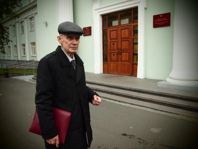 Анатолий Григорьев у здания правительства Карелии. Фото: Валерий Поташов