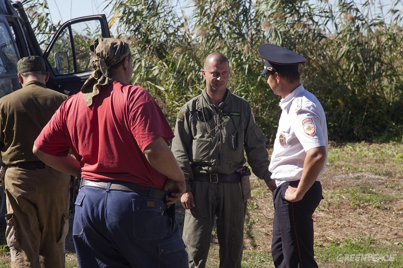 Накануне нападения казаки заблокировали выезд машин добровольных лесных пожарных на помощь сотрудникам МЧС. Фото: Гринпис России