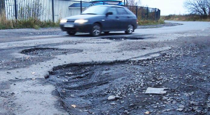 По таким ямам приходится ездить жителям Петрозаводска. Фото: Валерий Поташов