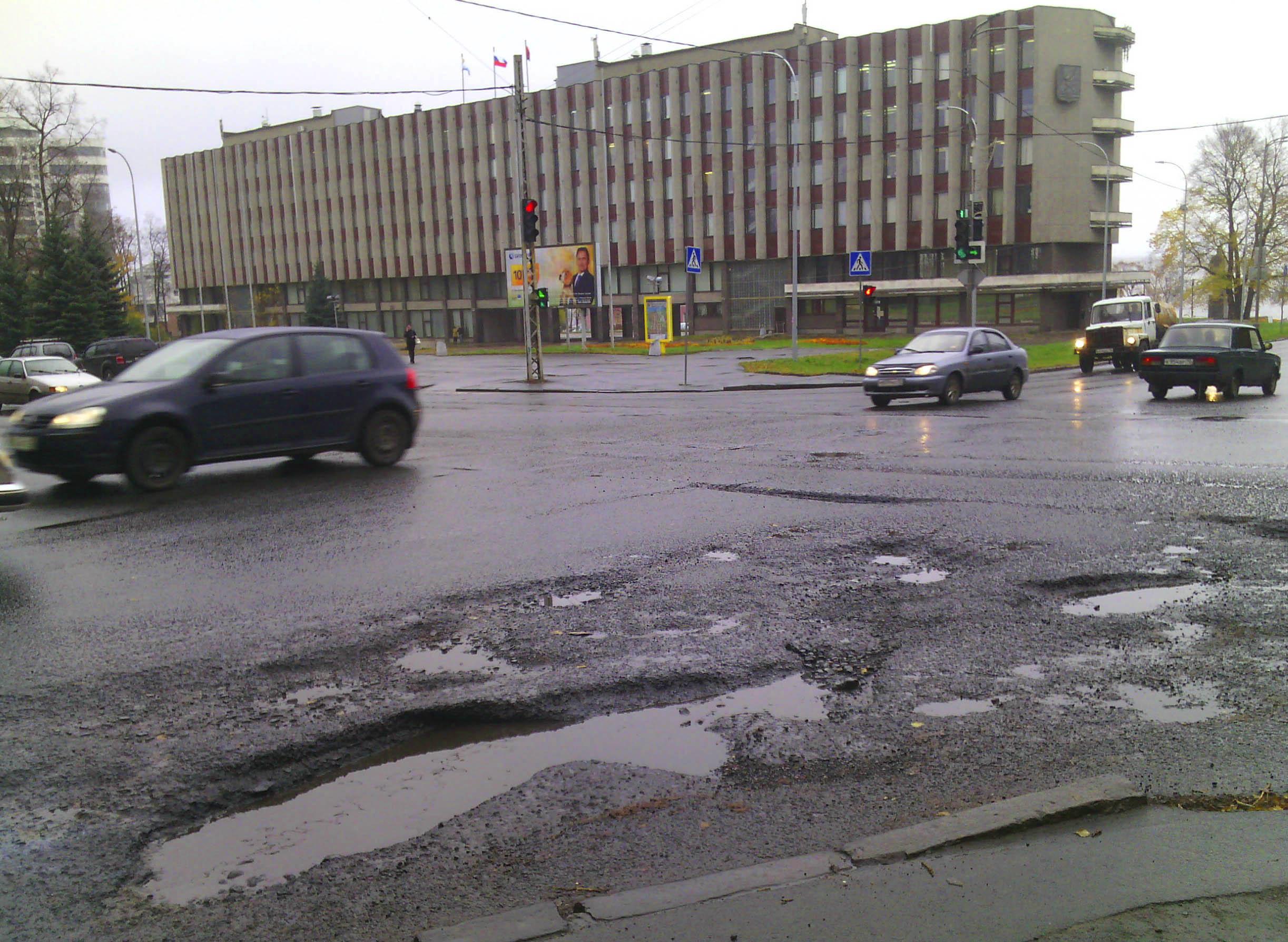 Дорожные ямы на проспекте Ленина у здания городской администрации Петрозаводска. Фото: Валерий Поташов