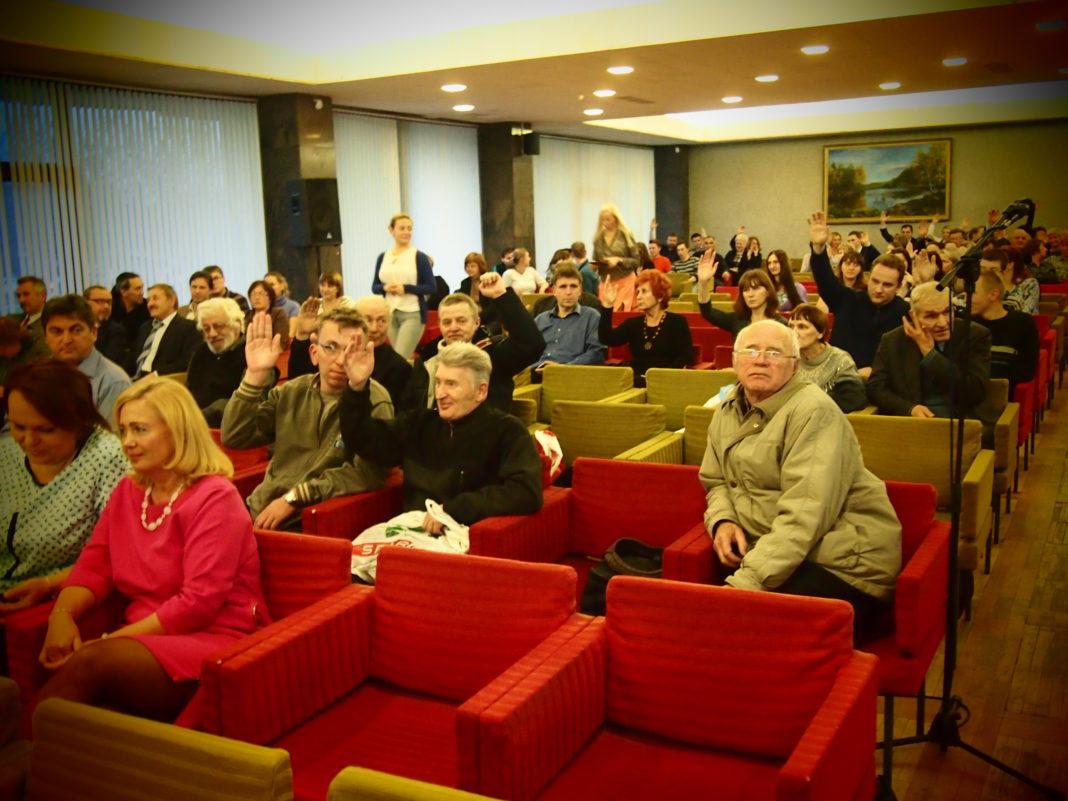 На публичных слушаниях в мэрии Петрозаводска большинство участников (правда, с перевесом всего в несколько голосов) поддержало предложение об установке стелы
