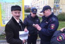 Гражданский активист Андрей Литвин попытался провести одиночный пикет на Студенческом бульваре в Петрозаводске против войны на Украине. Фото: Валерий Поташов